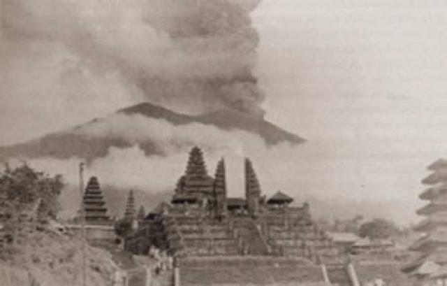 Gunung agung salah satu gunung berapi di Indonesia yang pernah meletus di era moderen