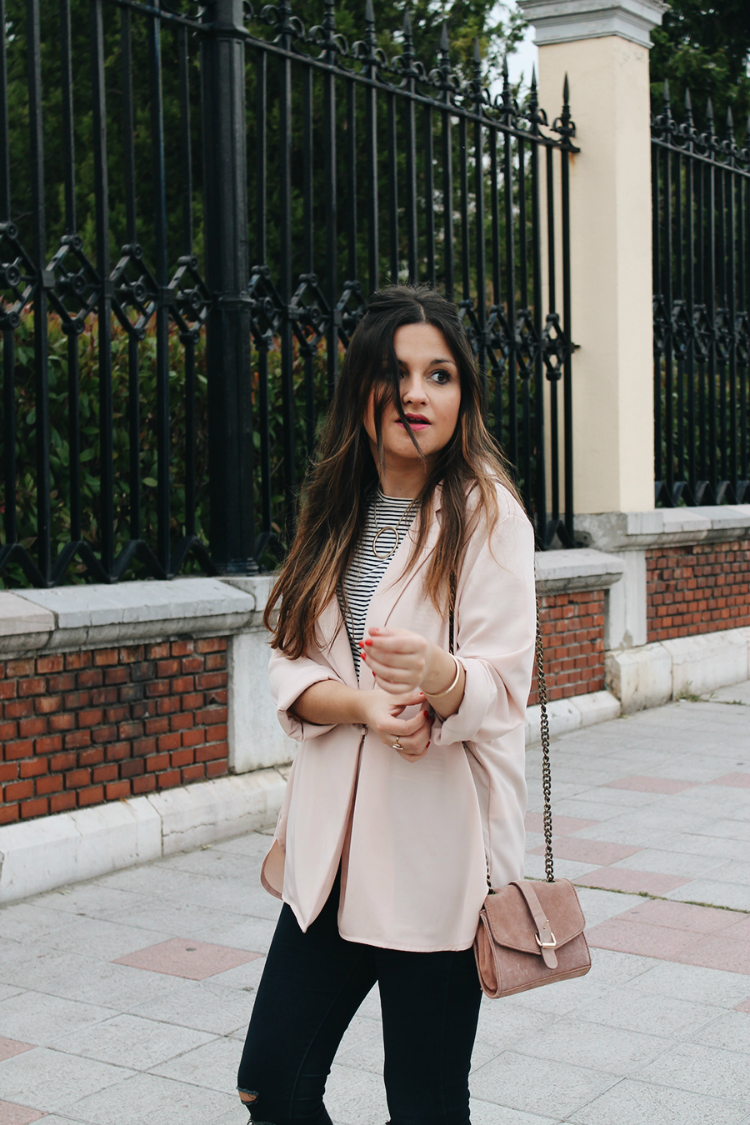 Look de entretiempo con chaqueta rosa y sandalias