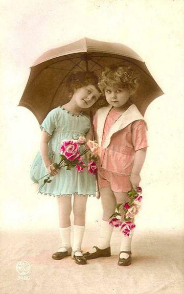 Carte postale ancienne : petites filles et parapluie