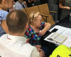 Підозрювана у смертельному наїзді на чемпіона стала на коліна в суді