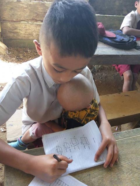Potret Mengharukan Siswa SD Mengasuh Adiknya Sambil Belajar, Kemana Orangtua??