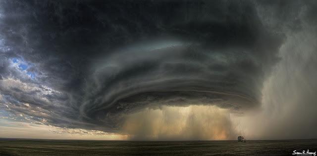 badai supercell claud di atas montana