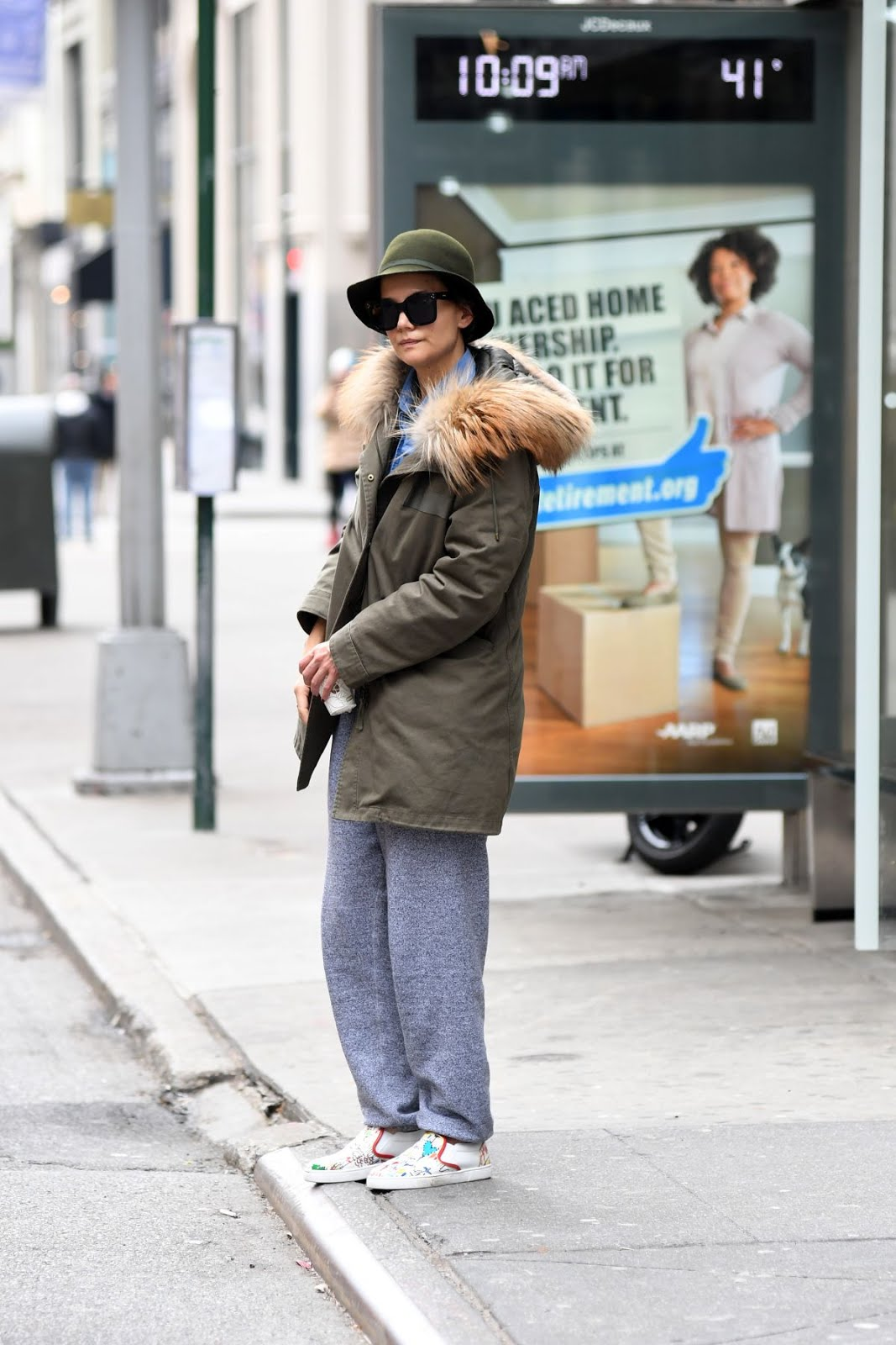 Katie Holmes Waiting For The Bus At 5 Avenue In New York