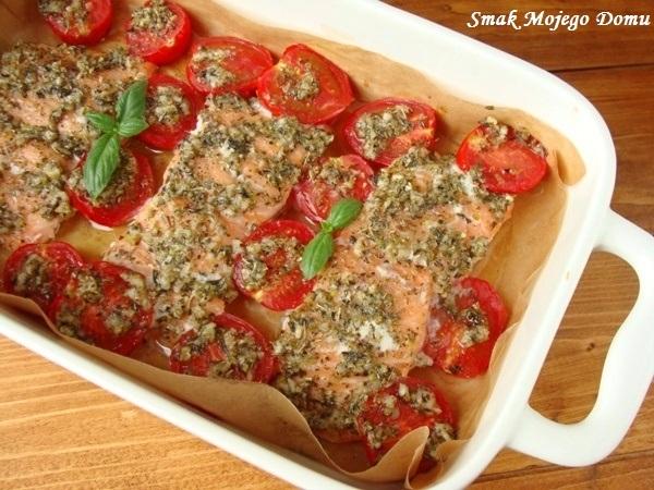 Łosoś w ziołach, pieczony z pomidorami