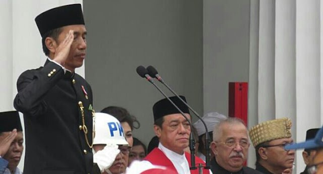 Berpakaian Adat Betawi, Jokowi Sambut Kedatangan Emir Qatar