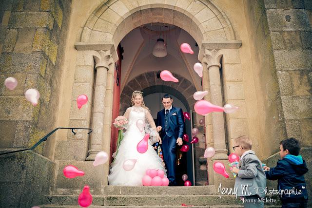 photo sortie de l'église des mariés avec ballons roses