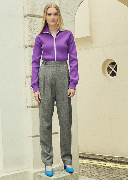 Серые брюки с высокой талией и фиолетовым свитшотом