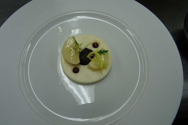Kochkunst im Dallmayr Restaurant & Sterneküche mit Petersilienwurzel, Kerbelknolle und Kaviar des Feldes