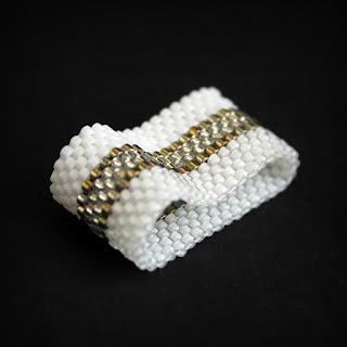 Купить широкое женское кольцо из бисера. Бижутерия ручной работы. Интернет-магазин необычных колец.