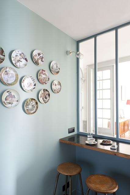 assiettes accrochées au mur décoration design par architecte
