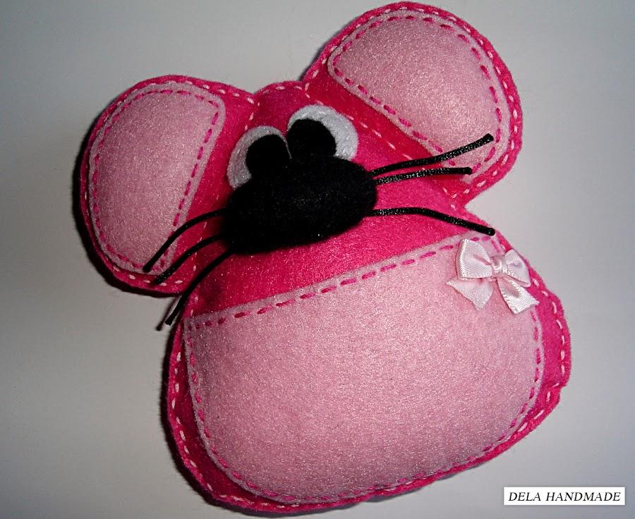 "<img src=""Ratoncito-perez-fieltro-rosa.png"" alt=""Ratoncito Perez de fieltro en color rosa"">"