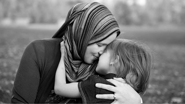 Ibu, Kau Selalu Saja Menutupi Kebohongan Dengan Senyummu