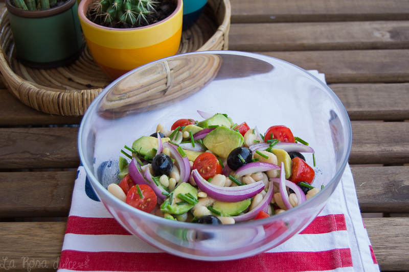 Ensalada vegetariana de alubias y aguacate