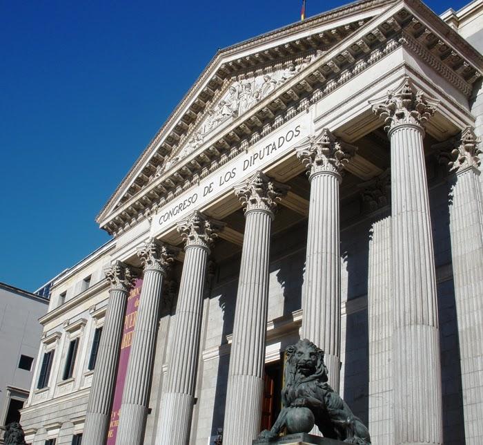 Fachada del edificio del Congreso de los Diputados, con sus seis columnas corintias sosteniendo un frontón esculpido y a sus lados los leones de bronce