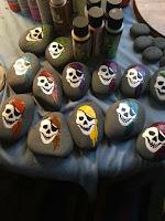 Decoración para Halloween con piedras pintadas calaveras