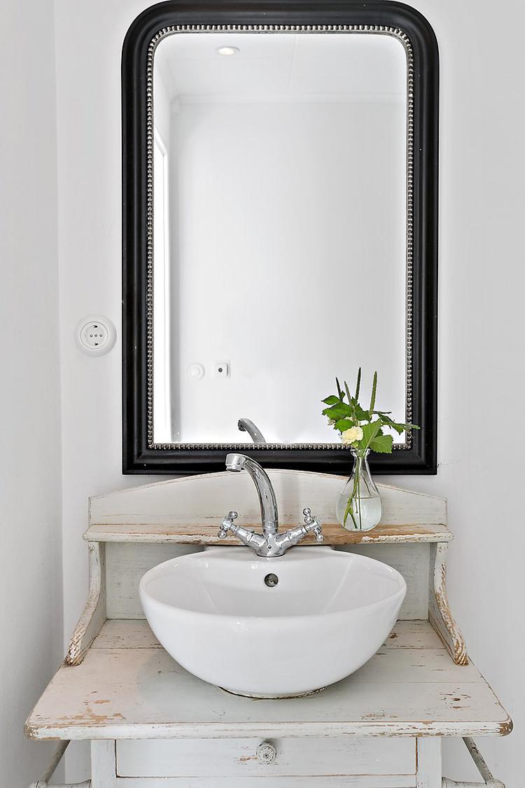 baño estilo nordico muebles vintage decoracion nordica escandinavo blanco muebles recuperados espejo lavamanos interiorista barcelona alquimia deco