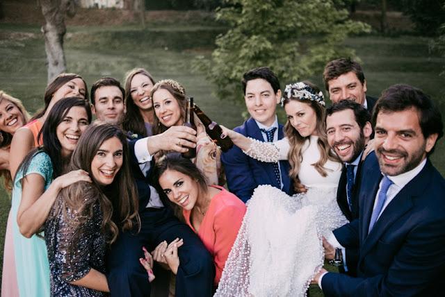 amigos novios boda