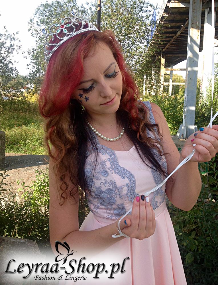 Urodziny firmy cz.2 - Siwo-różowa sukienka, czarne sandały zamszowe na szpilce, naszyjnik z pereł, opaska tiara, niebieskie gwiazdki robione elinerem