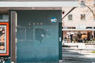 """Toilette mit der Aufschrift """"Love"""""""