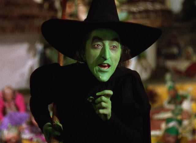 """Thuật ngữ """"witch"""" có nghĩa là """"phù thủy"""", đáng ngạc nhiên là từ này bắt nguồn từ thuật ngữ """"wicce"""" trong tiếng Anh cổ có nghĩa là """"Người phụ nữ khôn ngoan""""."""
