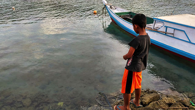 Mancing ikannya hanya di tepian dermaga