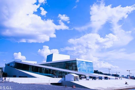 Terraza exterior que sube al tejado de la opera de Oslo