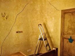 Une fissure impressionnante qu'il va falloir traiter avant de peindre