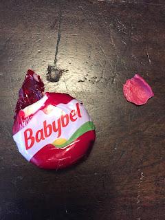 Das Kind war hungrig und hat den Babybel samt Hülle angeknabbert.