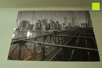 vorne: Poster NEW YORK - Schönes Manhattan Wandbild der Brooklyn Bridge in schwarz weiß - Hochauflösender Manhattan Skyline Kunstdruck im Format 120x80 cm