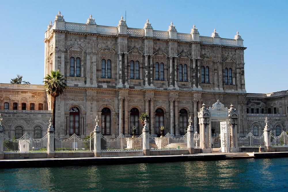 Détail du palais de Dolmabahçe. Construit au XIXème siècle, il fut le siège administratif de l'Empire Ottoman de la moitié du XIXème siècle au début du XXème.