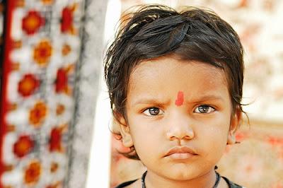 Cara de un pequeño habitante de India, de familia hindú.