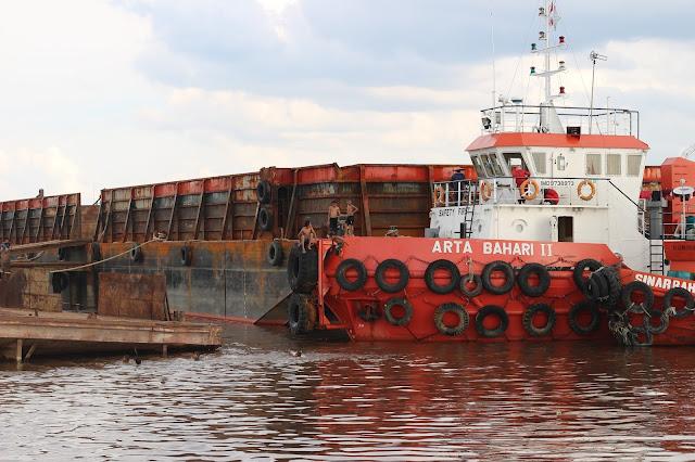 Kapal bersandar di Dermaga dekat tugu Khatulistiwa