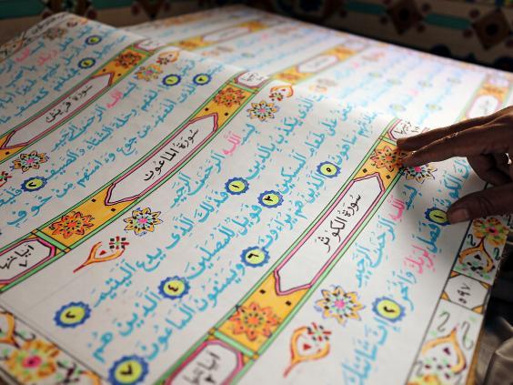 Artisti egjiptian ka shkruar Kur`anin me te madh ne bote | Portali Islamik