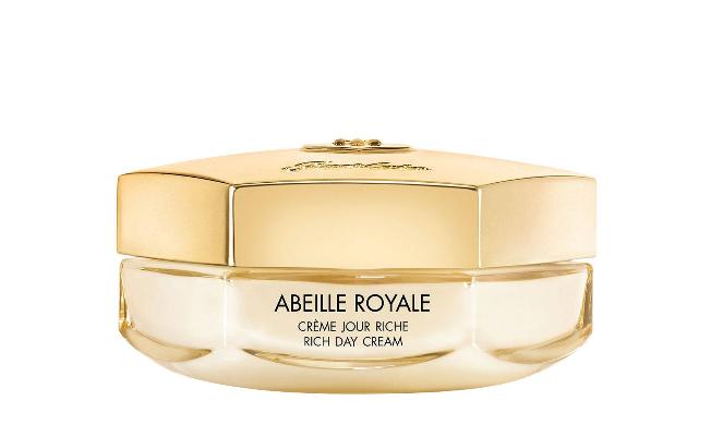 Crema de zi Abeille Royale minimizează aspectul ridurilor și liniilor fine, redă fermitatea și luminozitatea pielii