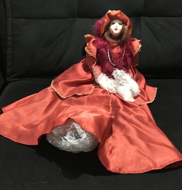 boneca de porcelana de longe
