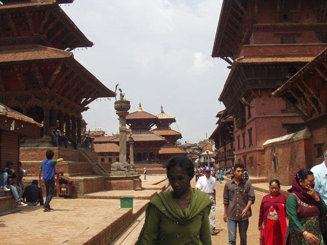 La columna del rey Pratap Malla mira hacia el templo Degutaleju (Hanuman Dhoka)