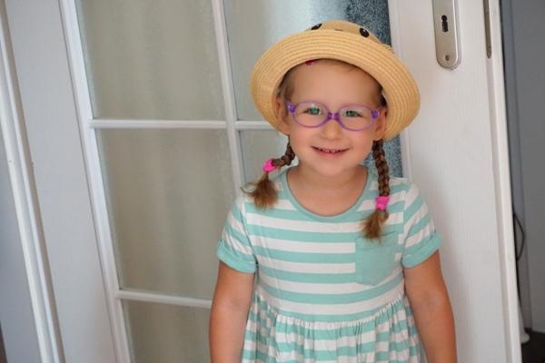 dziewczynka i w kapeluszu i okularach - usunięcie trzeciego migdałka u dziecka w klinice jednego dnia