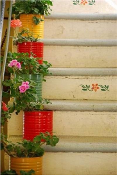 cat semua permukaan kaleng untuk jadi pot tanaman yang dipajang di tangga