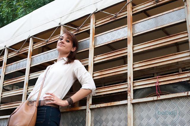femme classe au look vintage contre un camion vintage
