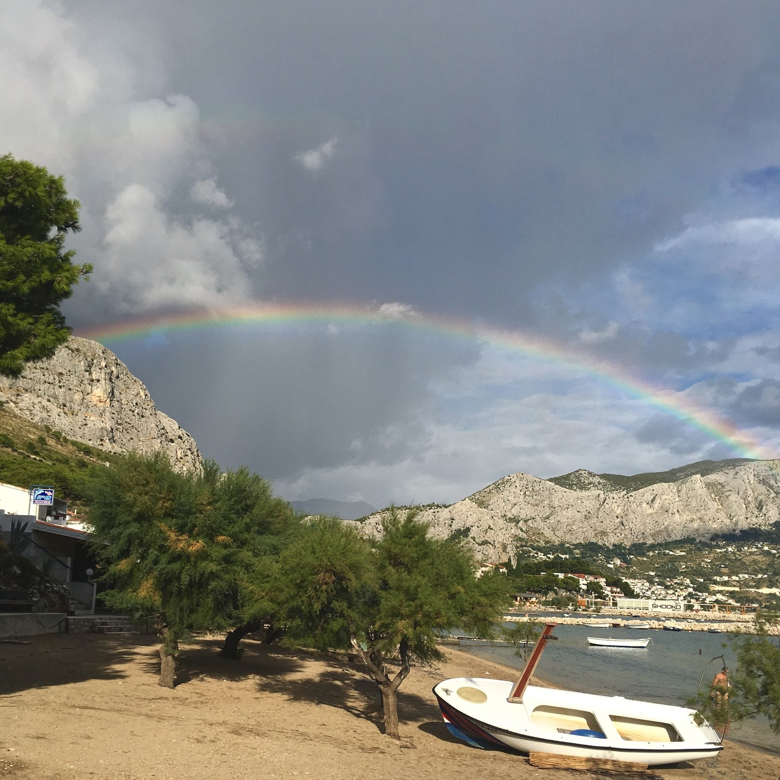 Dovolená v Chorvatsku - duha a pláž v Omiši