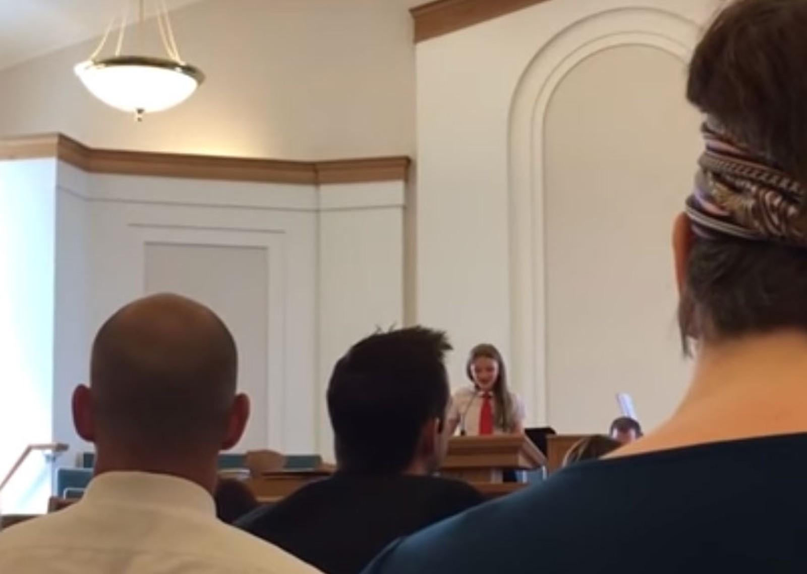 Menina de 12 anos pede a palavra em encontro mórmon nos EUA e declara ser lésbica