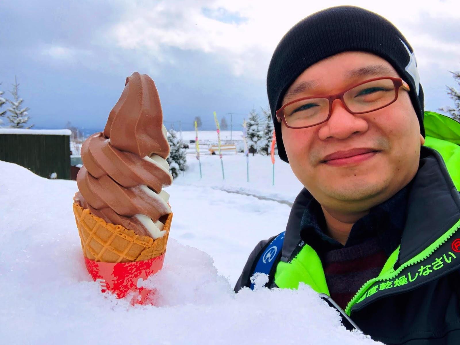 冰淇淋插在冰上