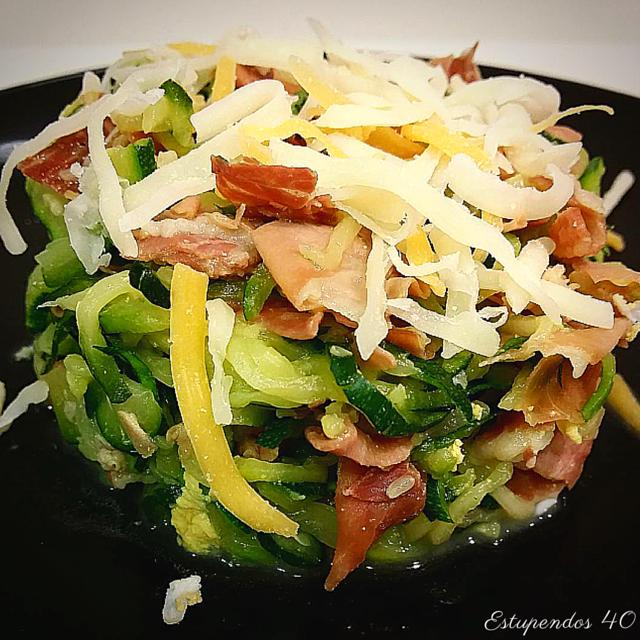 espaguetis-de-calabacin-con-petalos-de-jamon-serrano