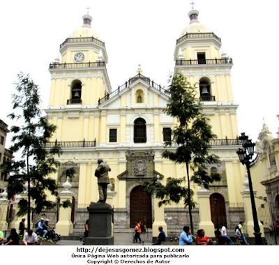 Foto por fuera de la iglesia San Pedro. Foto de la iglesia por Jesus Gómez