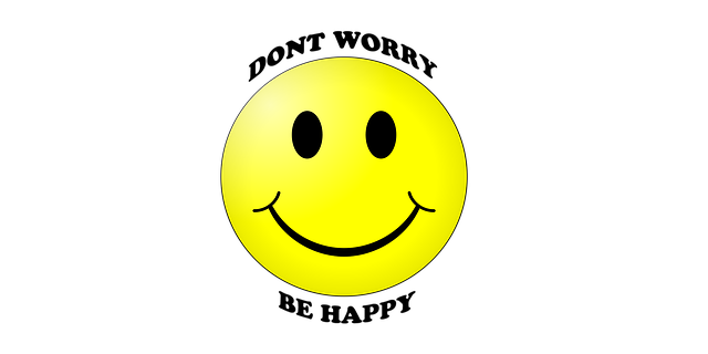 Smiley jaune traditionnel avec les mots :Don t worry, by happy