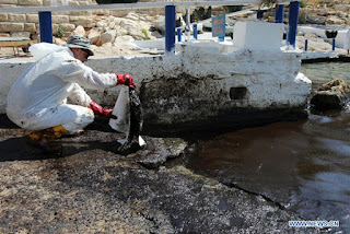 Greece struggles to clean up oil spill