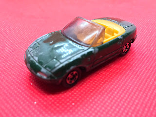 マツダ ユーノス ロードスター のおんぼろミニカーを斜め前から撮影