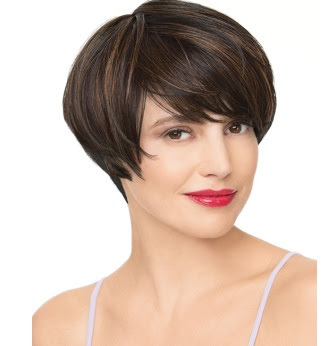 Potongan Asimetris Pixie Haircut dengan Highlights