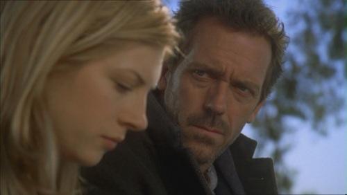 Katheryn Winnick et Hugh Laurie dans De pièces en pièces (3.12), l'épisode le plus philosophique de Dr.House (2004-2012)