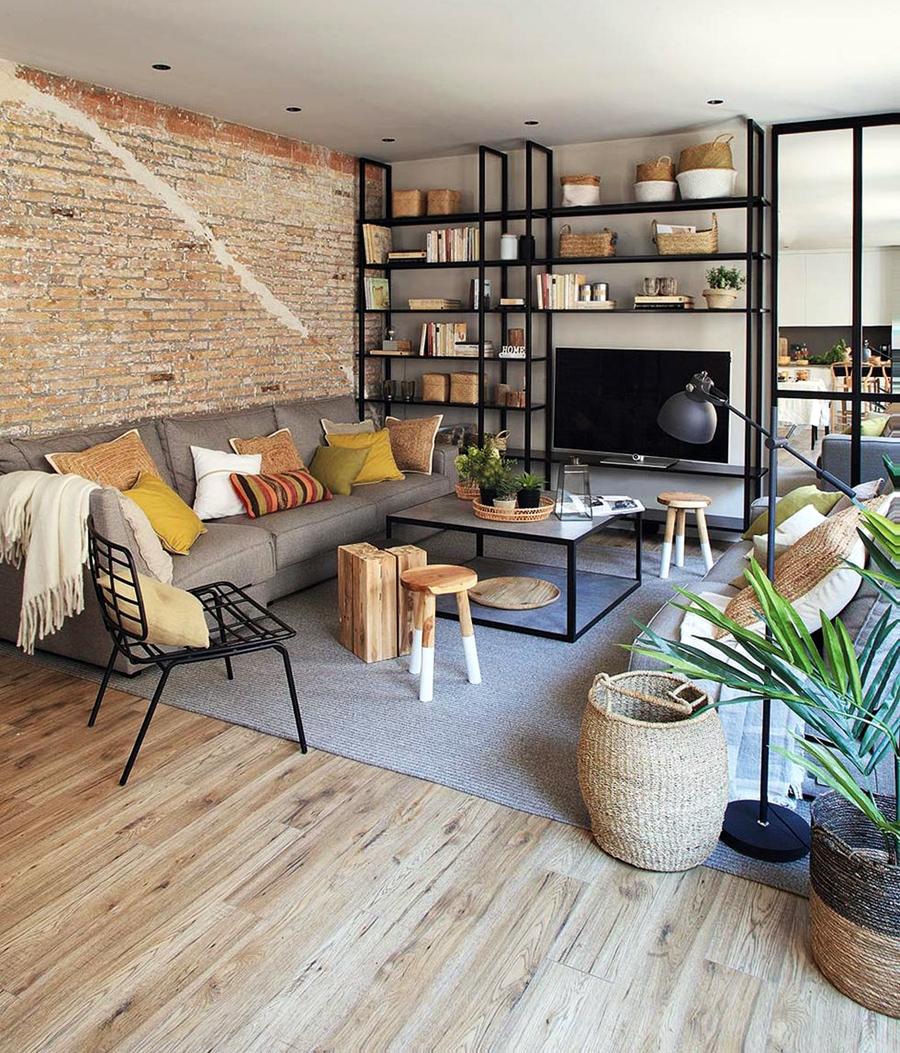 Industrialne elementy w stonowanym wnętrzu, wystrój wnętrz, wnętrza, urządzanie domu, dekoracje wnętrz, aranżacja wnętrz, inspiracje wnętrz,interior design , dom i wnętrze, aranżacja mieszkania, modne wnętrza, styl industrialny, styl loftowy, loft, stonowane kolory, naturalne dodatki, czarne dodatki, salon, metalowy regał